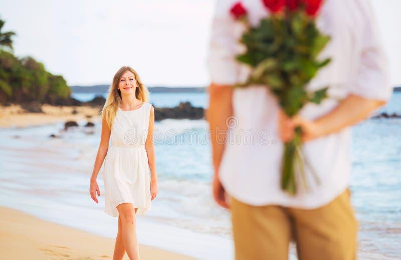 Romantisch Jong Paar in Liefde, de verrassingsboeket van de Mensenholding van r stock fotografie