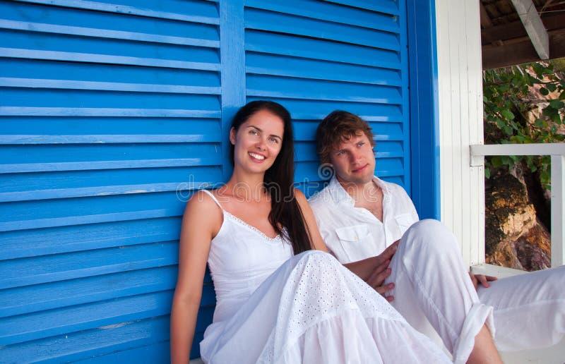 Romantisch jong paar in tropisch strandhuis stock foto's
