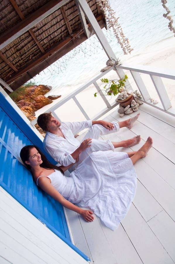Romantisch jong paar in tropisch strandhuis royalty-vrije stock foto's