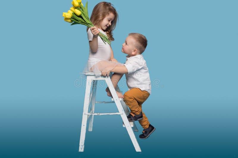 Romantisch Jongen en Meisje met Bloemen stock foto