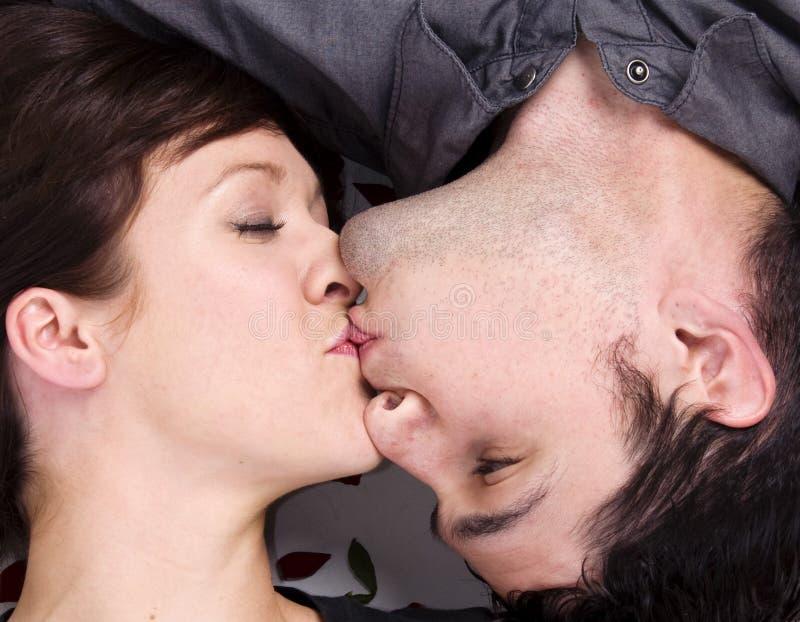 Romantisch kussen van het paar stelt stock foto