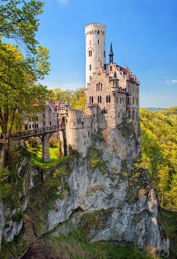 Romantisch Lichtenstein-Kasteel op de rots in Zwart Duits Bos, stock fotografie
