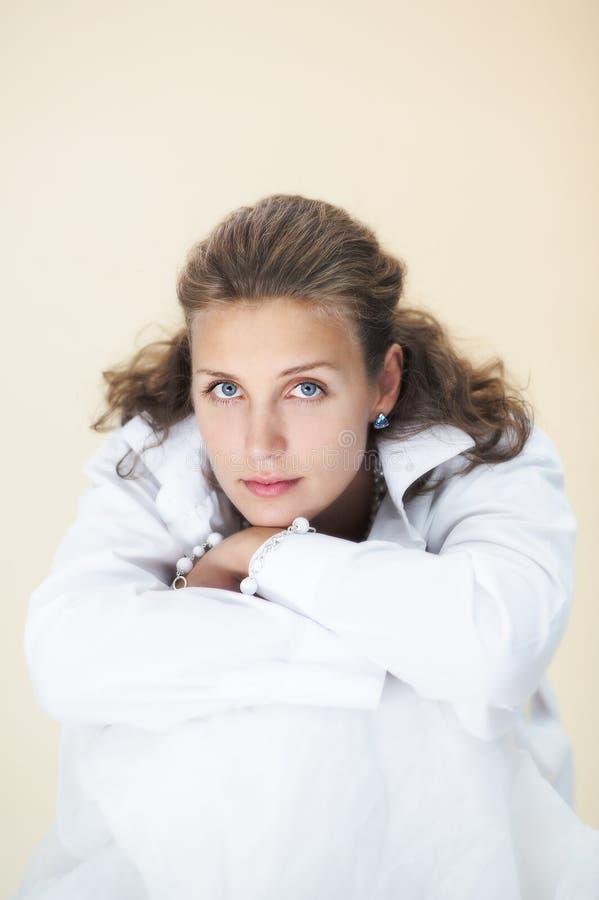 Romantisch meisje met blauwe ogen - de winter stock afbeelding