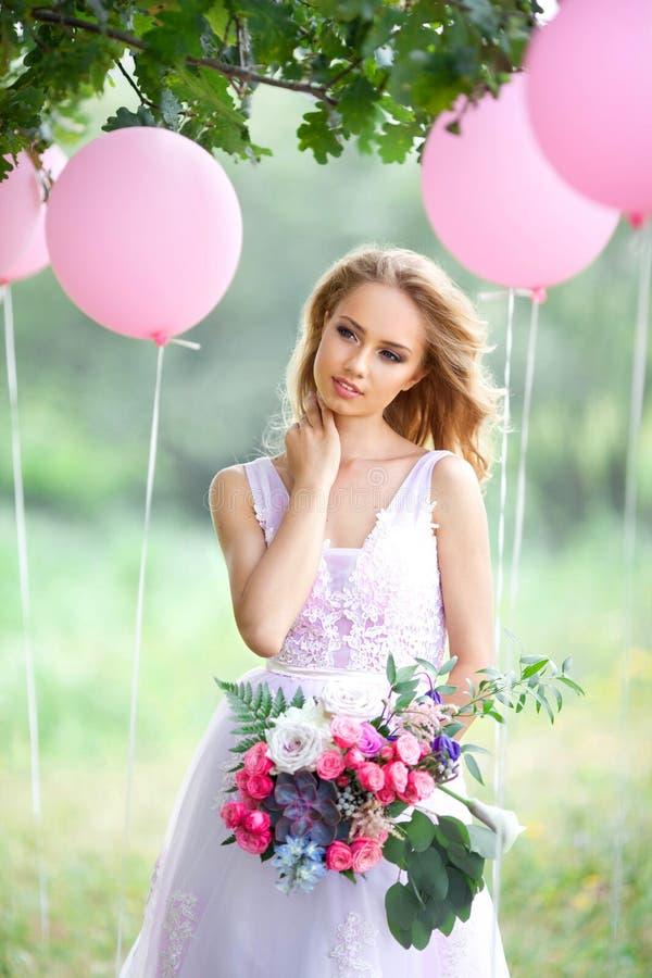 Romantisch meisje met boeket stock afbeelding