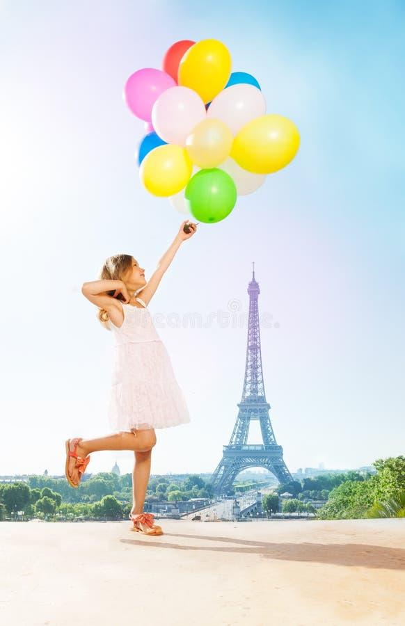 Romantisch meisje met heldere ballons in Parijs royalty-vrije stock foto