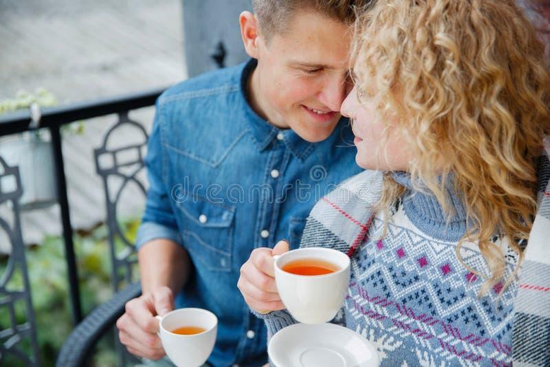 Romantisch mooi paar die pret hebben in openlucht samen royalty-vrije stock foto