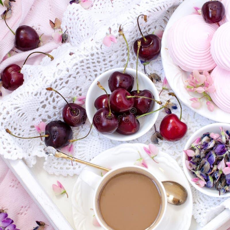 Romantisch ontbijt in bed De mening vanaf de bovenkant stock foto