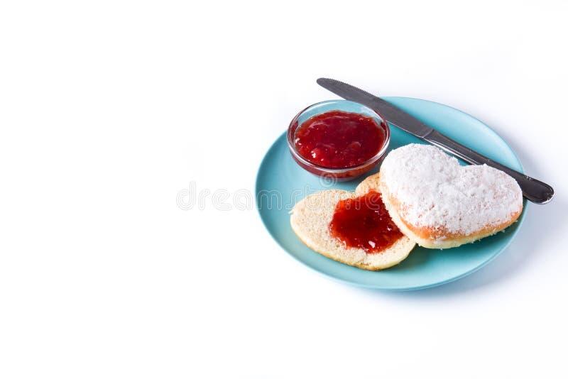 Romantisch ontbijt met hart-vormige broodje en bessen geïsoleerde jam stock foto