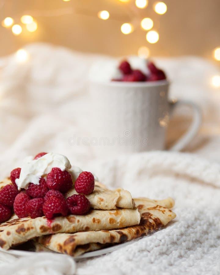 Romantisch ontbijt op de ochtend van Heilige Valentine: eigengemaakte pannekoeken royalty-vrije stock afbeeldingen