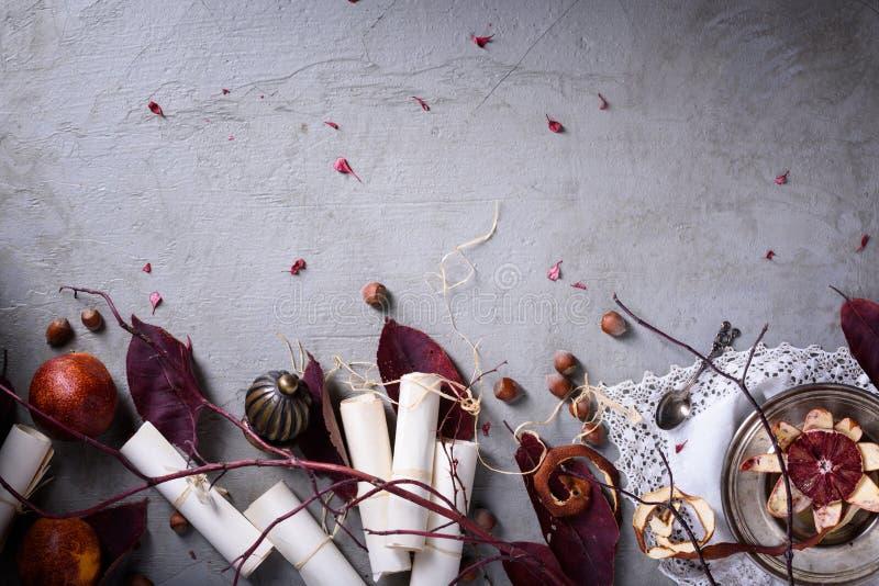Romantisch ontbijt, rode sinaasappelen, hazelnoten en loveletters Huwelijk of de achtergrond van de valentijnskaart` s dag Hoogst royalty-vrije stock foto's