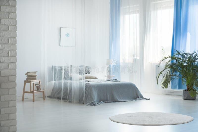 Romantisch ontwerp van ruime slaapkamer stock fotografie