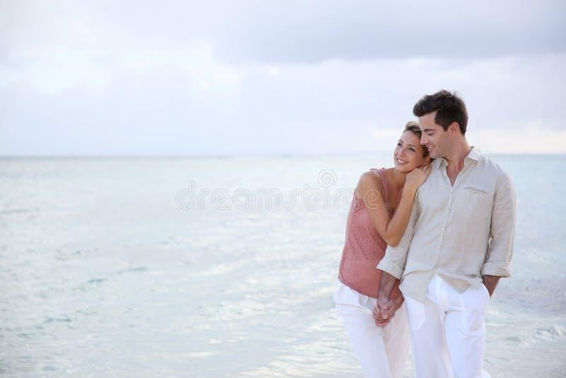 Romantisch paar bij het strand stock afbeeldingen