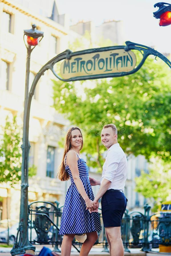 Romantisch paar bij Parijse metropost royalty-vrije stock afbeeldingen