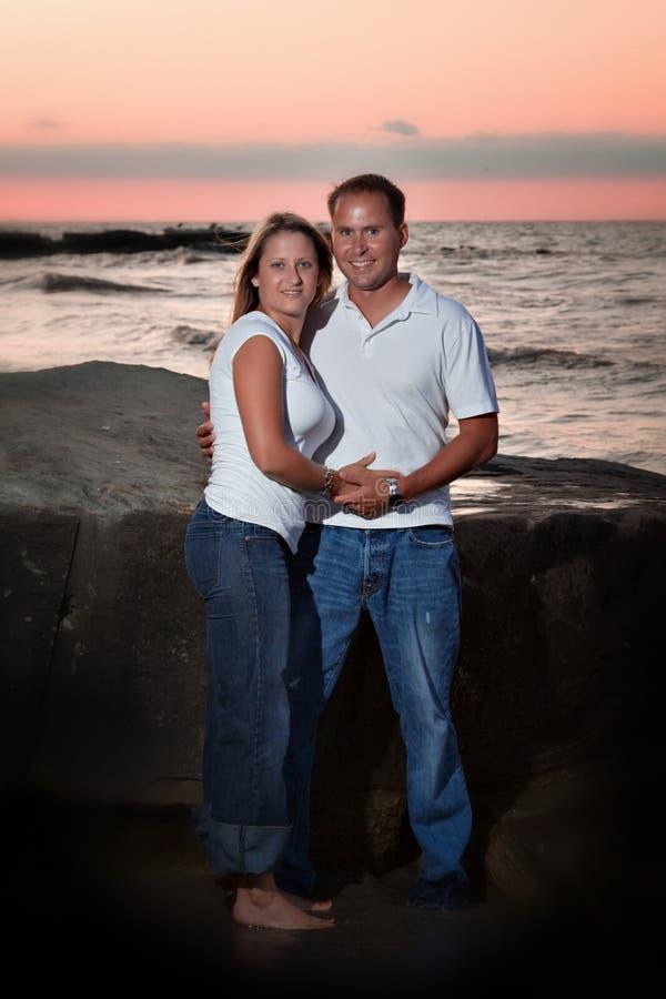 Romantisch Paar bij Zonsondergang royalty-vrije stock afbeelding