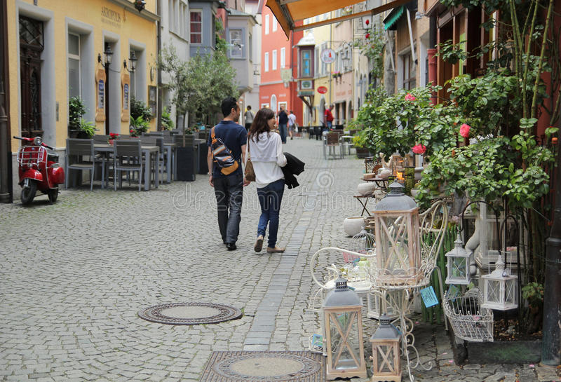 Romantisch paar dat de straat loopt stock afbeelding