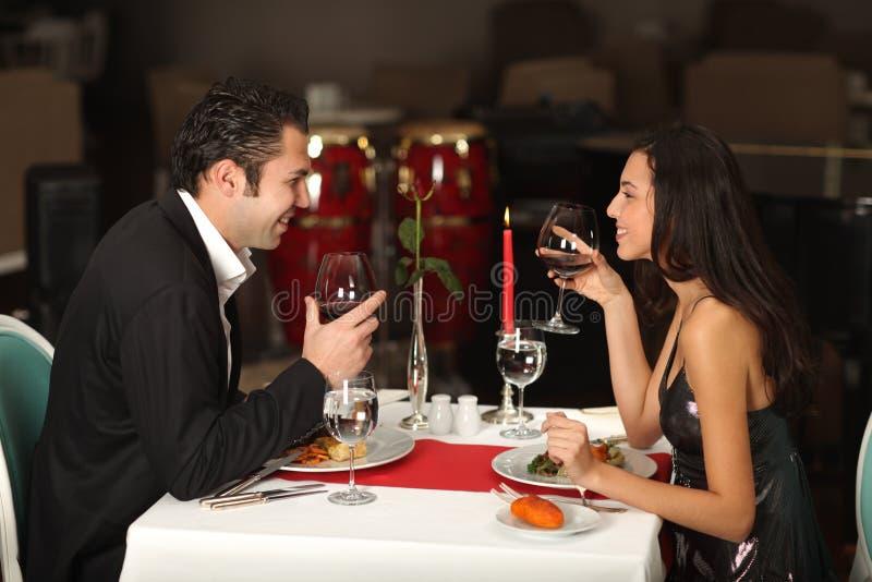 Romantisch paar dat diner heeft royalty-vrije stock afbeeldingen