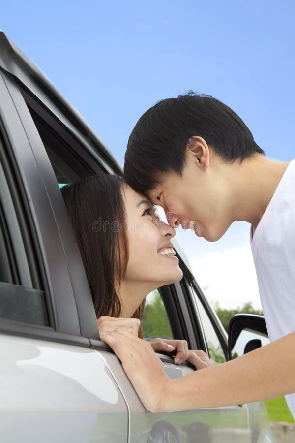 Romantisch paar dat elkaar bekijkt stock foto's