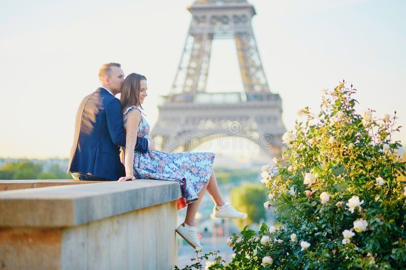 Romantisch paar dichtbij de Toren van Eiffel in Parijs stock foto's
