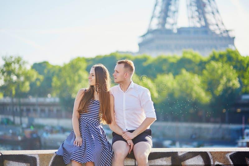 Romantisch paar dichtbij de Toren van Eiffel in Parijs royalty-vrije stock afbeelding
