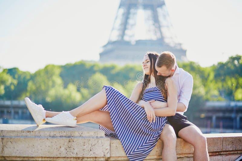 Romantisch paar dichtbij de Toren van Eiffel in Parijs royalty-vrije stock foto's