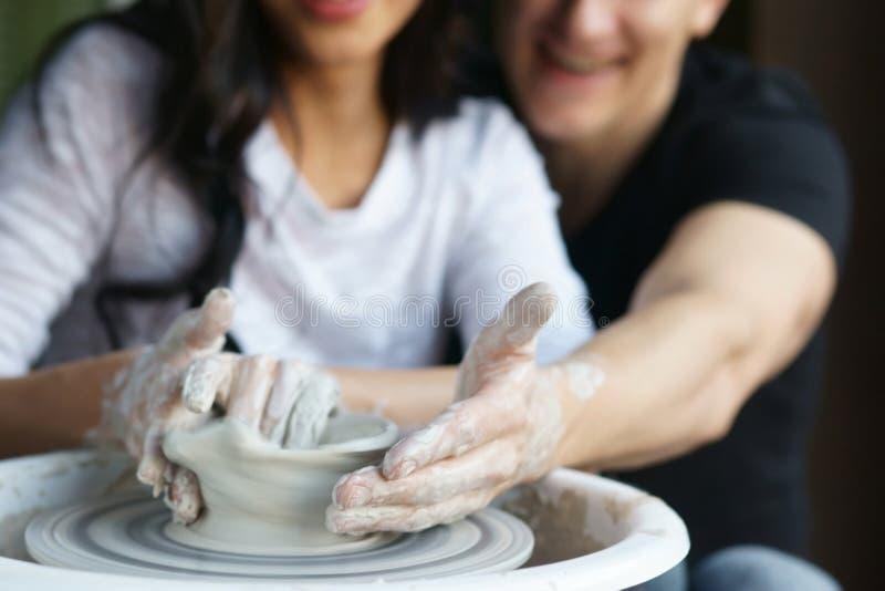 Romantisch paar die aan pottenbakkerswiel werken royalty-vrije stock foto's