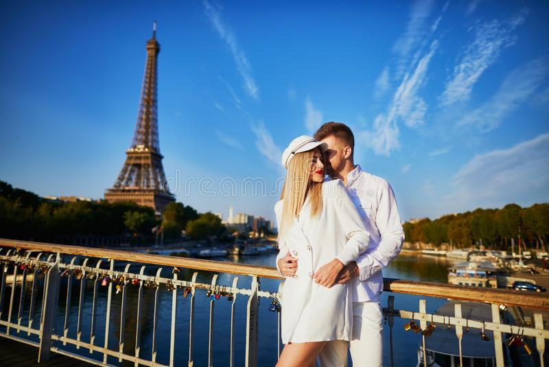 Romantisch paar die een datum hebben dichtbij de toren van Eiffel stock foto's
