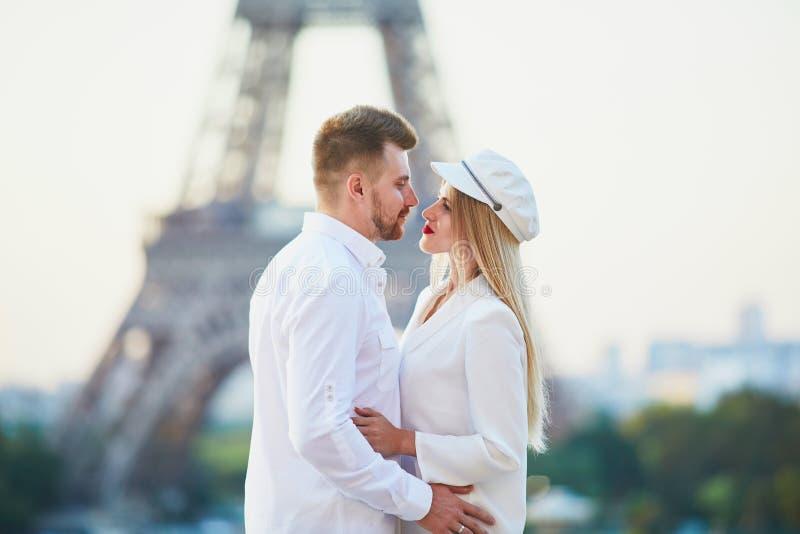 Romantisch paar die een datum hebben dichtbij de toren van Eiffel royalty-vrije stock foto