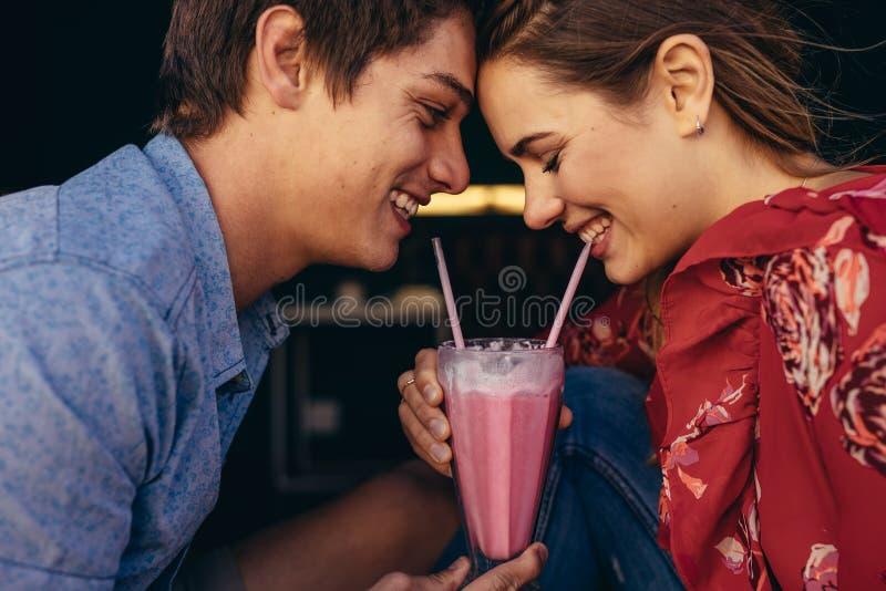 Romantisch paar die een milkshake delen royalty-vrije stock afbeeldingen