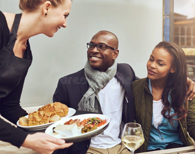 Romantisch paar die gediend diner zijn stock foto