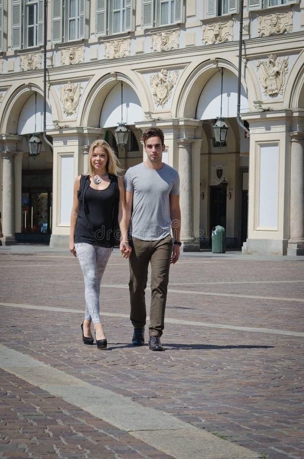 Romantisch paar die in het elegante stad plaatsen lopen stock foto