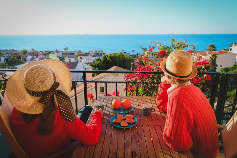 Romantisch paar die ontbijt op balkonterras hebben met overzeese mening stock fotografie