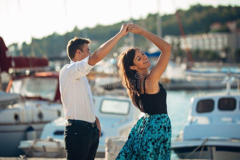 Romantisch paar die op de straat dansen Het hebben van een romantische datum Het vieren verjaardag Rood nam toe Verjaardagsdatum stock afbeeldingen
