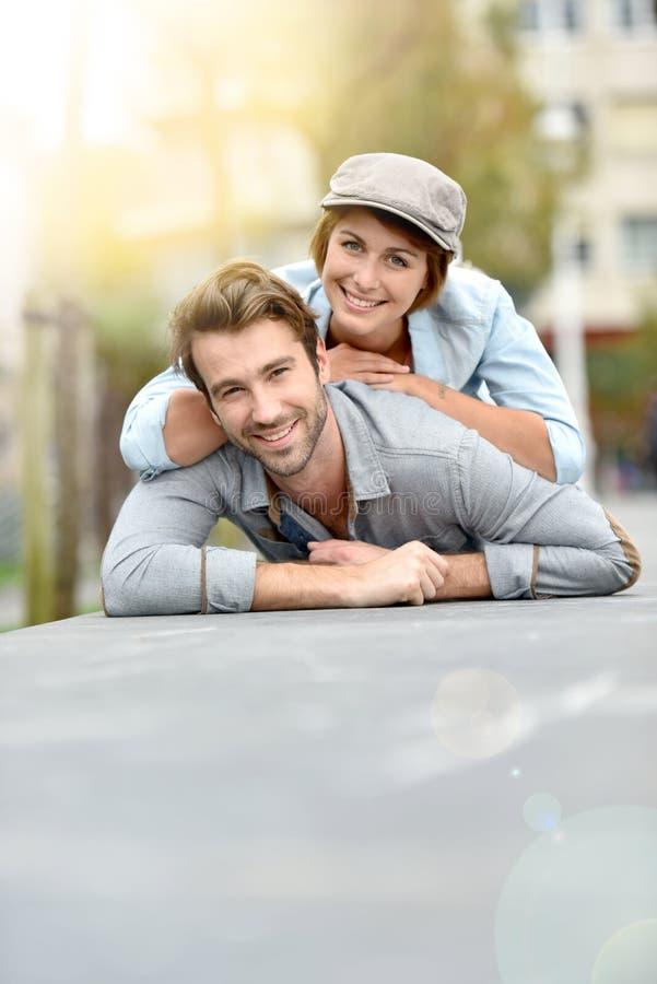Romantisch paar die op de vloer liggen die pret hebben royalty-vrije stock afbeeldingen