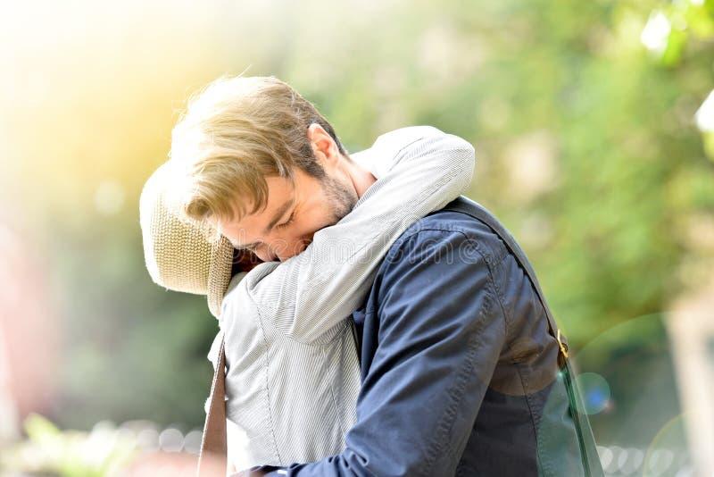 Romantisch paar die in park koesteren royalty-vrije stock foto