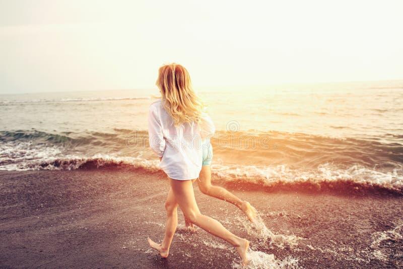 Romantisch paar die pret op het strand hebben stock afbeelding