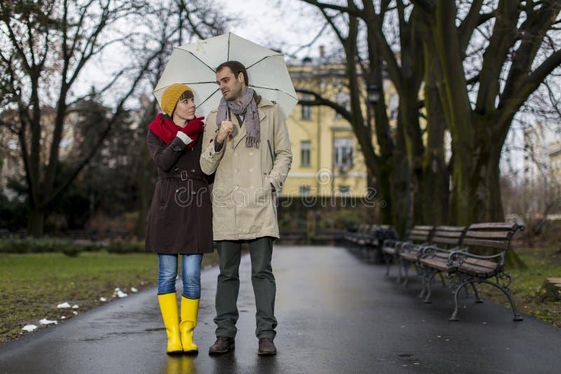 Romantisch paar die in regen lopen stock foto's
