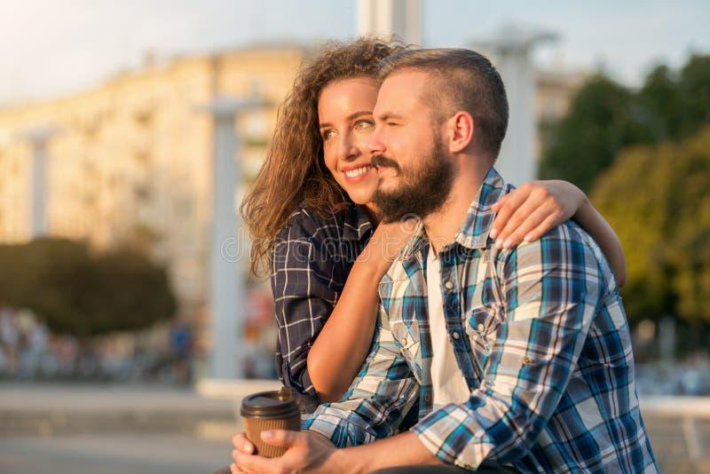 Romantisch paar die van zonsondergang en koffie in openlucht genieten royalty-vrije stock foto's