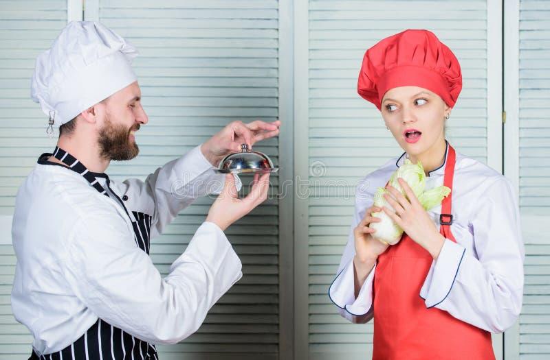 Romantisch paar Geheim ingredi?nt door recept kok Menu planning culinaire keuken paar in liefde met perfect voedsel royalty-vrije stock afbeelding