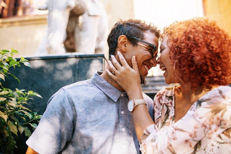 Romantisch paar in gelukkige stemming die pret hebben in openlucht royalty-vrije stock afbeelding