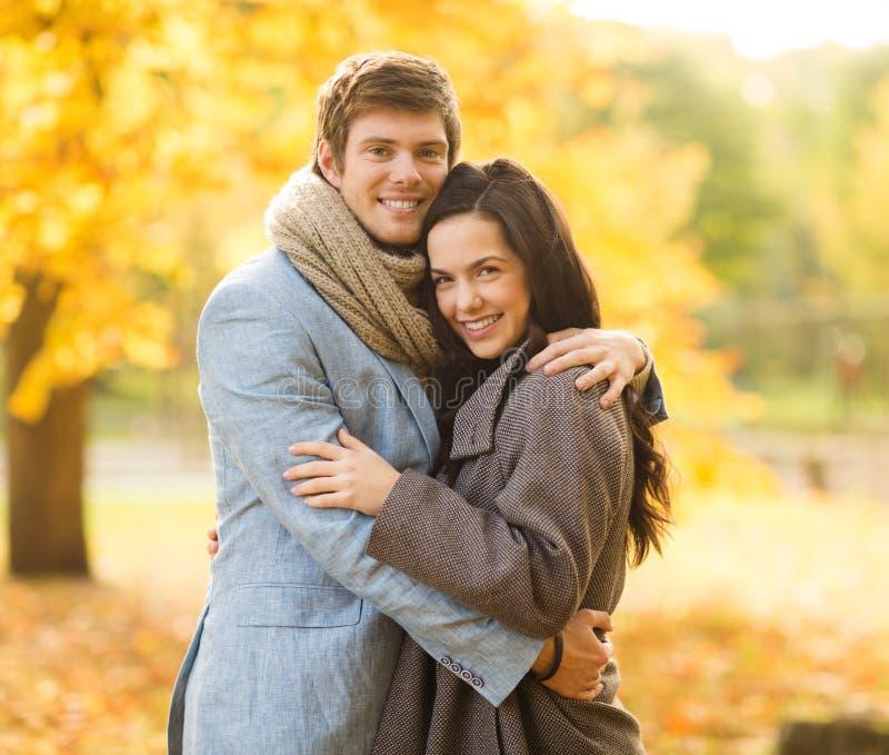 Romantisch paar in het de herfstpark stock foto's