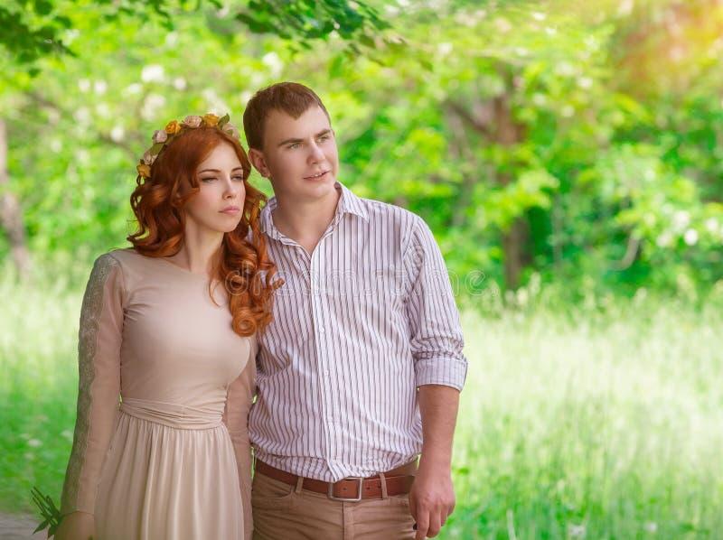 Romantisch paar in het park stock foto's