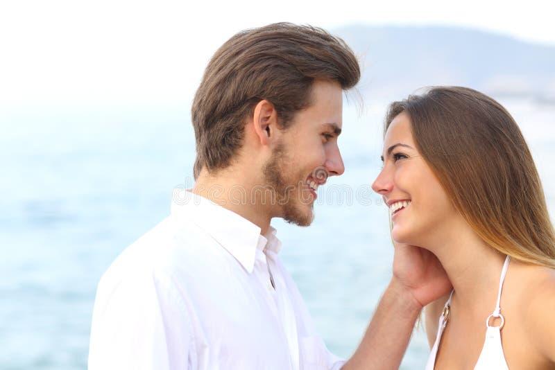Romantisch paar klaar om op het strand te kussen royalty-vrije stock foto