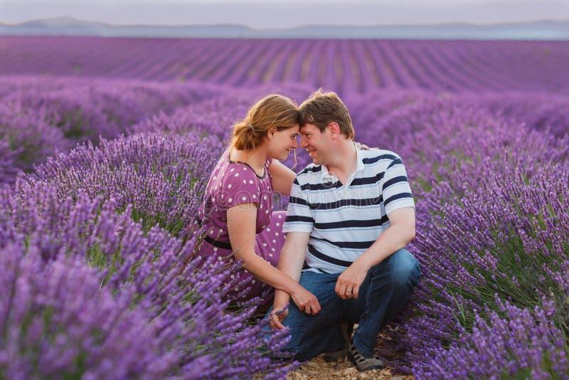 Romantisch paar in liefde op lavendelgebieden in de Provence royalty-vrije stock foto