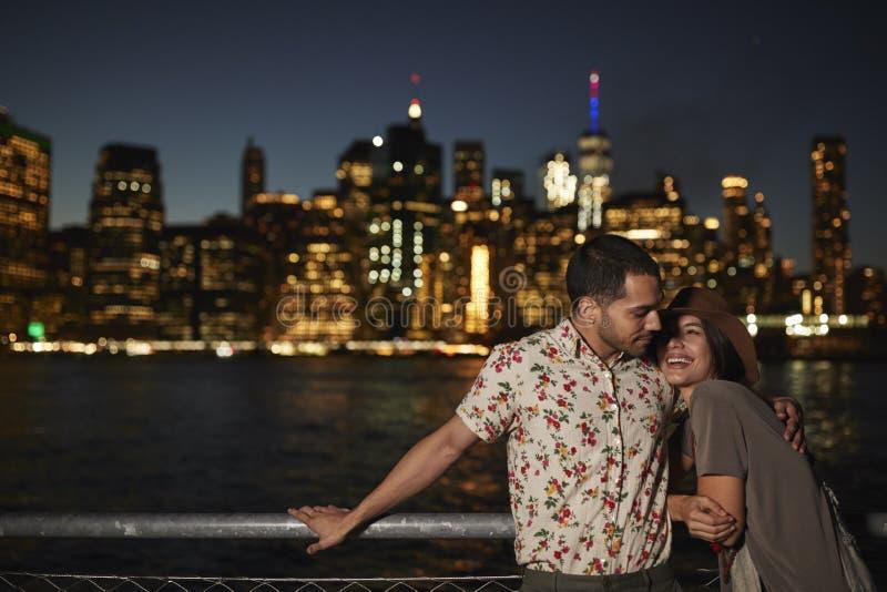Romantisch Paar met de Horizon van Manhattan op Achtergrond bij Schemer royalty-vrije stock foto's