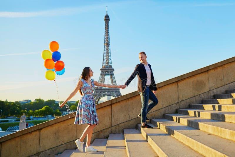 Romantisch paar met kleurrijke ballons dichtbij de toren van Eiffel royalty-vrije stock afbeelding