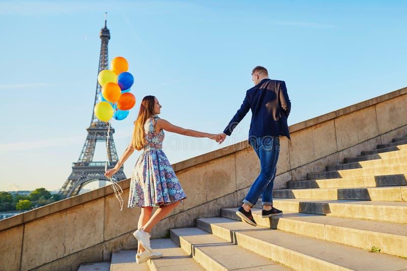Romantisch paar met kleurrijke ballons dichtbij de toren van Eiffel royalty-vrije stock fotografie