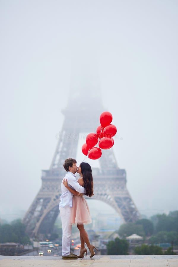 Romantisch paar met rode ballons samen in Parijs royalty-vrije stock afbeelding