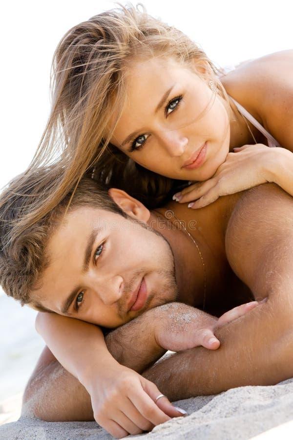 Download Romantisch paar op de kust stock afbeelding. Afbeelding bestaande uit mooi - 10775715