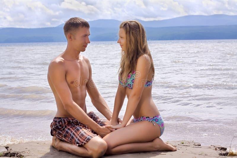 Romantisch paar op zeekust stock afbeelding