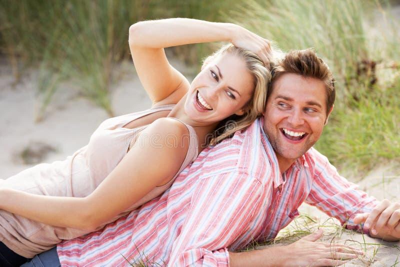 Romantisch paar in openlucht stock fotografie
